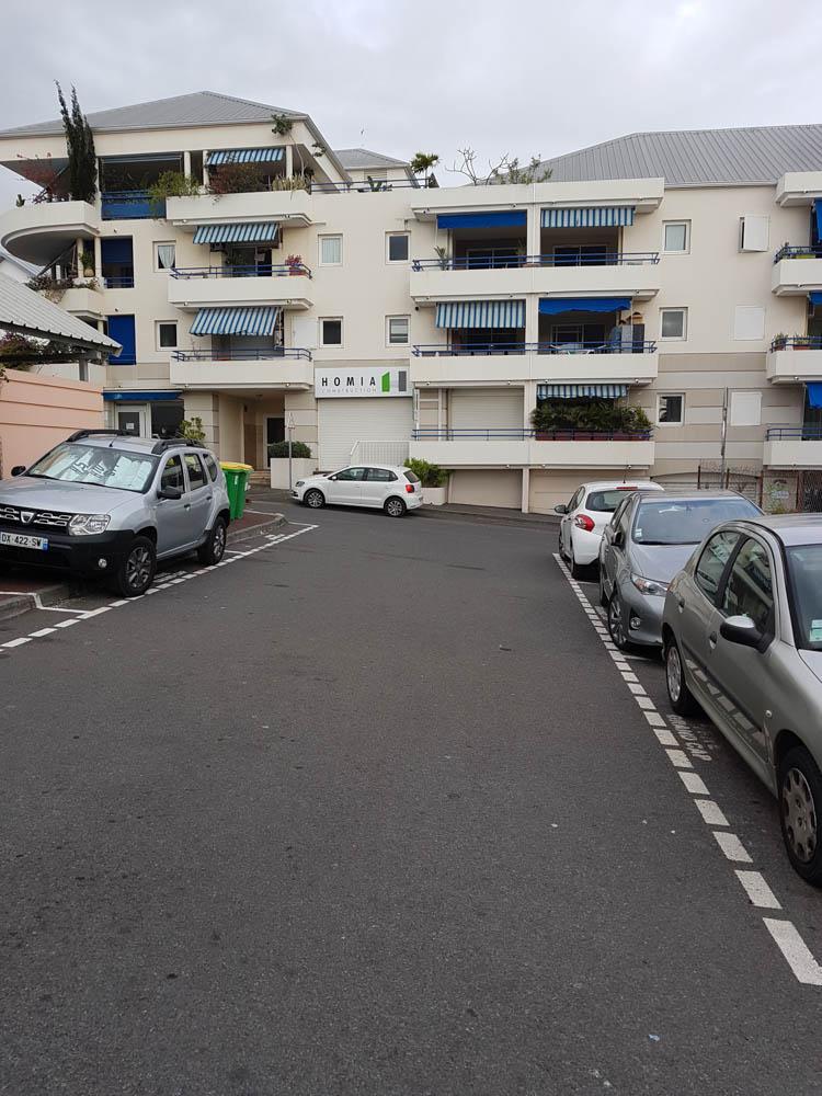 La sortie de la résidence avec un parking extérieur pour les visiteurs